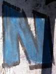 N azul